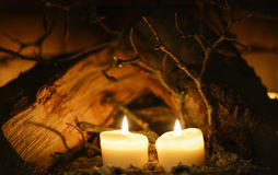 Velas, tabla de madera en fondo foto de archivo libre de regalías
