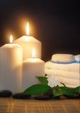 Velas, toalla y lila blanca Foto de archivo