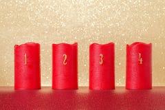 Velas tradicionales del advenimiento con los números y el fondo del oro, espacio de la copia Imagen de archivo libre de regalías