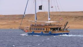 Velas tur?sticas hermosas del yate en el mar tempestuoso en el fondo de rocas Egipto almacen de metraje de vídeo