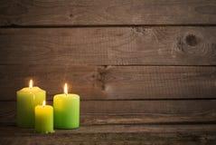Velas verdes no fundo de madeira escuro Fotos de Stock