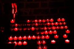 Velas vermelhas ardentes na igreja no Polônia Fotografia de Stock Royalty Free