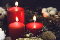 Velas vermelhas com um pinecone Foto de Stock Royalty Free