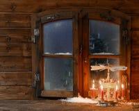 Velas vermelhas iluminadas no suporte na placa de janela Imagem de Stock Royalty Free