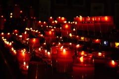 Velas vermelhas na igreja Fotos de Stock Royalty Free