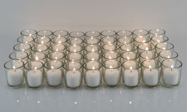 Velas votivas brancas nos suportes de vidro Imagens de Stock