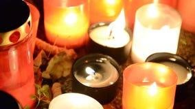 Velas votivas de linterna que quema en los sepulcros en cementerio eslovaco en la noche Todo el día del ` de los santos Solemnida metrajes