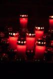 Velas votivas vermelhas com chama ardente Imagem de Stock