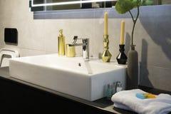 Velas y accesorios del aroma de la toalla del mezclador del grifo del cuarto de baño Fotografía de archivo libre de regalías