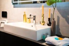Velas y accesorios del aroma de la toalla del mezclador del grifo del cuarto de baño Foto de archivo libre de regalías