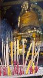 Velas y adoración del incienso Foto de archivo