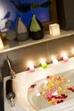 Velas y bañera de las rosas Fotografía de archivo