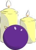 Velas y bola de la Navidad imagen de archivo libre de regalías