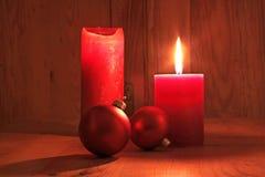 Velas y bolas rojas de la Navidad Imagenes de archivo