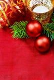 Velas y chucherías decorativas de la Navidad. Imagen de archivo libre de regalías