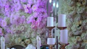 Velas y decoración de las flores almacen de video