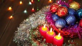 Velas y decoraciones ardientes de la Navidad almacen de metraje de vídeo