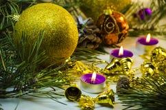 Velas y decoraciones del día de fiesta Fotos de archivo libres de regalías