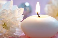 velas y flores Imagen de archivo