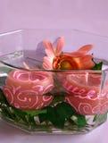 Velas y flores en agua Imagen de archivo