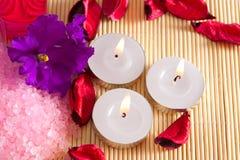 Velas y flores para el balneario Imágenes de archivo libres de regalías