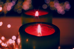 Velas y ornamentos de la Navidad sobre fondo oscuro con las luces Imágenes de archivo libres de regalías