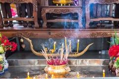 Velas y palillos del incienso en templo Fotografía de archivo libre de regalías