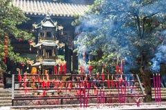 Velas y palillos del incienso que queman en un templo budista Imagen de archivo