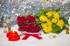 Velas y pequeñas rosas Imagen de archivo