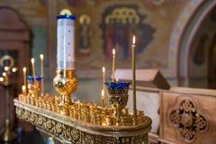 Velas y primer de la lámpara Interior de la iglesia ortodoxa en Pascua Bautizo del bebé Ceremonia a en cristiano Baño Imágenes de archivo libres de regalías