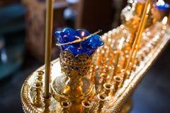 Velas y primer de la lámpara Interior de la iglesia ortodoxa en Pascua Bautizo del bebé Ceremonia a en cristiano Baño Imagen de archivo libre de regalías
