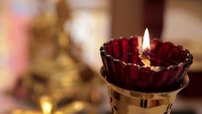 Velas y primer de la lámpara Interior de la iglesia ortodoxa en Pascua Bautizo del bebé Ceremonia a en cristiano metrajes