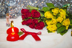 Velas y primer de las rosas Imagen de archivo libre de regalías
