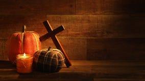 Velas y Pumkins de la cosecha del otoño con la cruz en el vídeo de madera retro del fondo metrajes