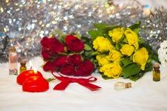 Velas y rosas Foto de archivo libre de regalías