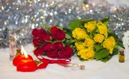Velas y rosas brillantes Imagen de archivo libre de regalías
