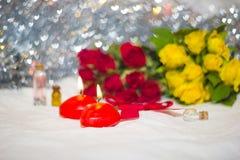 Velas y rosas en fondo Imagenes de archivo