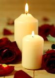 Velas y rosas rojas Fotos de archivo