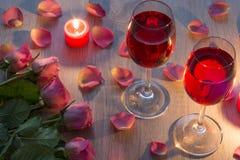 velas y rosas rosadas imágenes de archivo libres de regalías