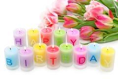 Velas y tulipanes del cumpleaños fotografía de archivo libre de regalías