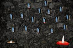Velas y ventanas Muchas llamas imagenes de archivo