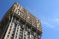 Velasca塔在米兰,野兽派建筑学 免版税图库摄影