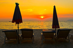 Veldbed op het strand en de zonsondergang Royalty-vrije Stock Foto