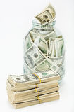 Vele 100 de dollarsbankbiljetten van de V.S. in een glaskruik Stock Foto's