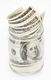 Vele 100 de dollarsbankbiljetten van de V.S. in een glaskruik Stock Afbeeldingen