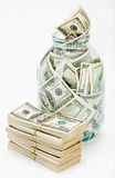 Vele 100 de dollarsbankbiljetten van de V.S. in een glaskruik Royalty-vrije Stock Foto's