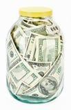 Vele 100 de dollarsbankbiljetten van de V.S. in een glaskruik Stock Afbeelding