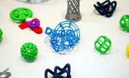 Vele abstracte modellen die door 3d printerclose-up worden gedrukt Royalty-vrije Stock Afbeeldingen