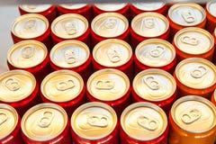 Vele aluminiumblikken met dranken hoogste mening royalty-vrije stock afbeelding