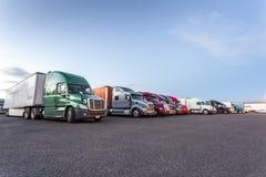 Vele Amerikaanse vrachtwagens op parkeerterrein Stock Foto